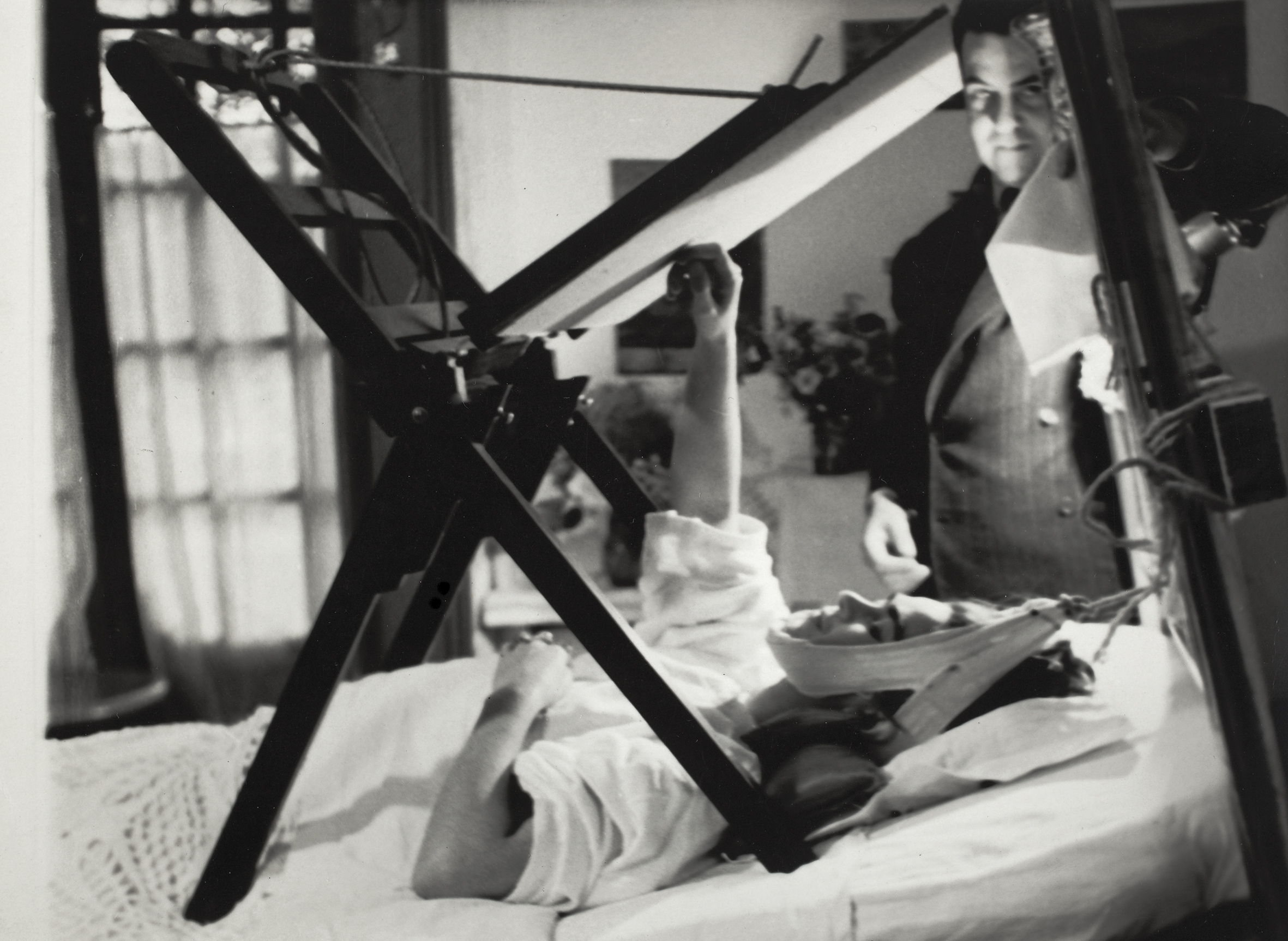 Frida painting in her bed , Anonymous, 1940 ©Frida Kahlo Museum