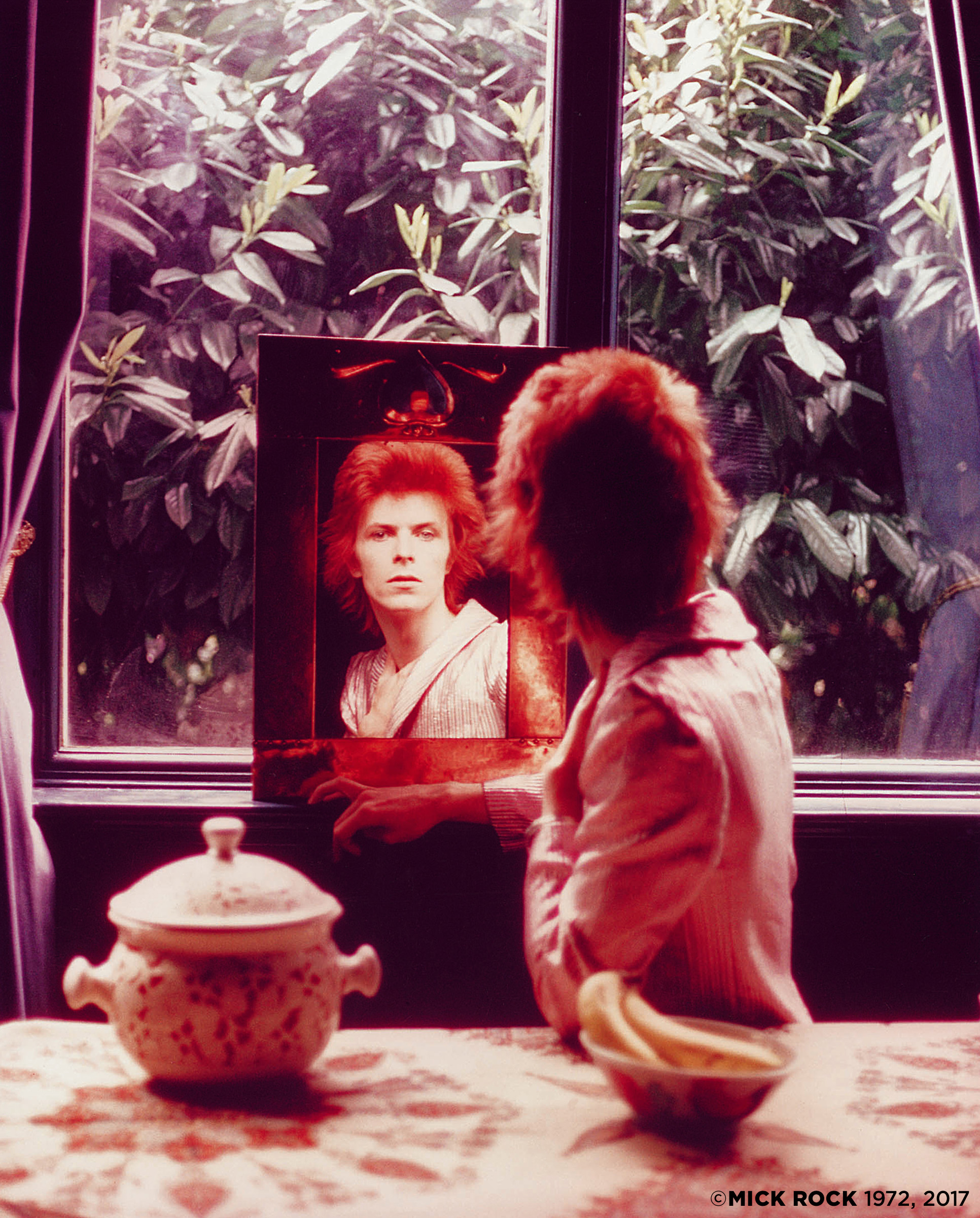 BOWIE IN MIRROR1972UK©MickRock.jpg