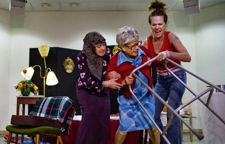 En tragikomisk föreställning som handlar om normer och kulturöverskridande möten under ett hemtjänstbesök.