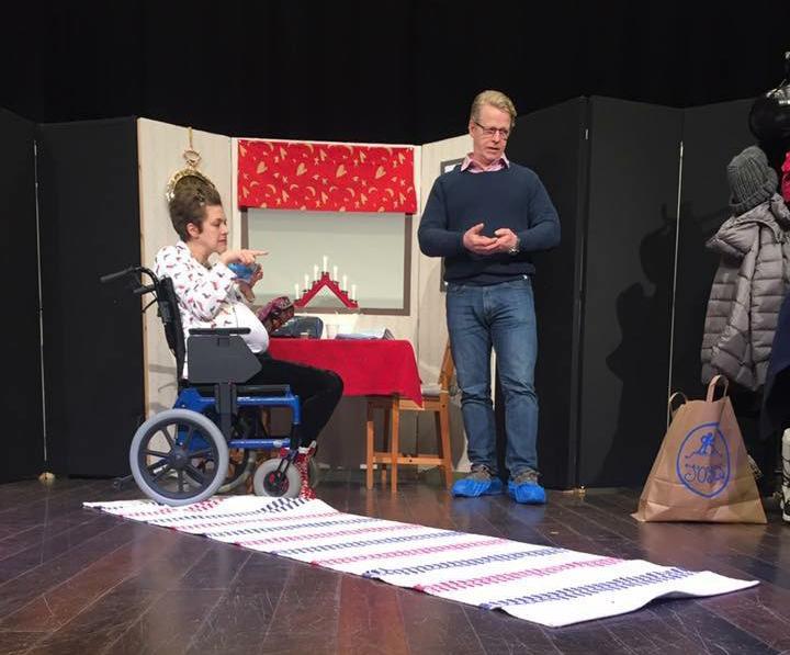 30-årsdagen. En pjäs om funktionshindrade Kattis som får hjälp med morgonbestyren på äldreboendet Ollonboendet.