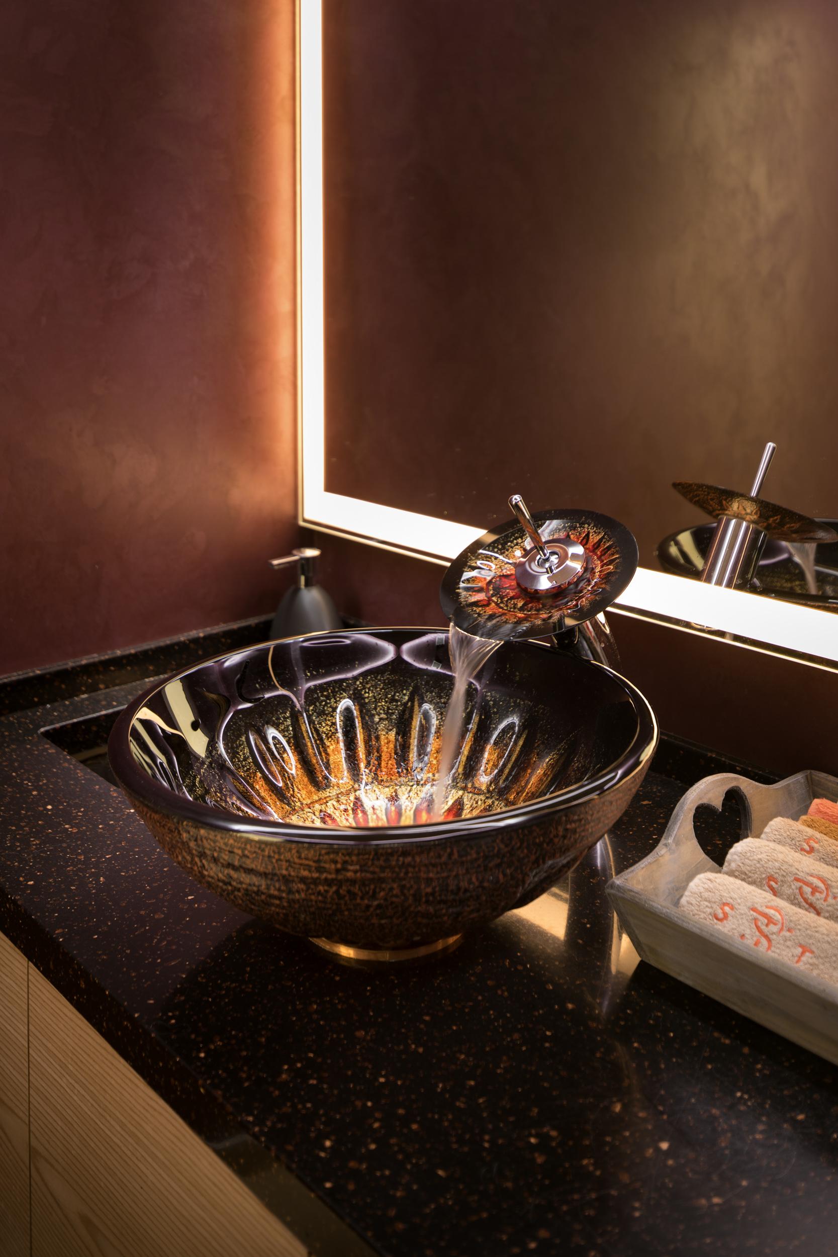 Стеклянный умывальник. Glassy sink.