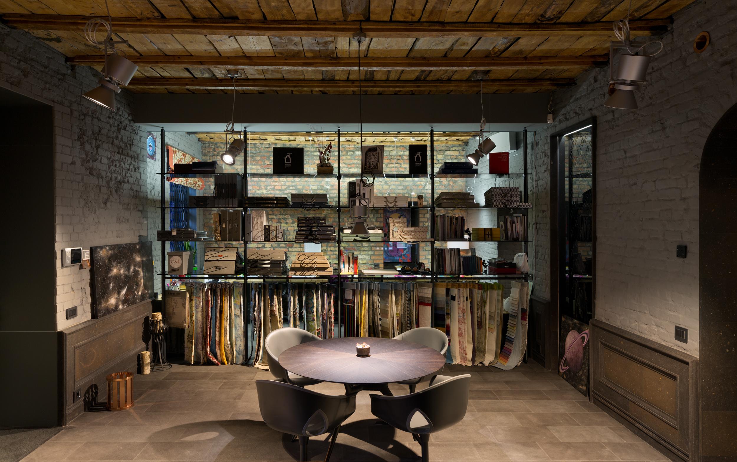 В нашей студии есть широкий выбор тканей для пошива штор и текстиля для дома.  Studio Postformula offers wide range of textiles for curtains and home textiles.