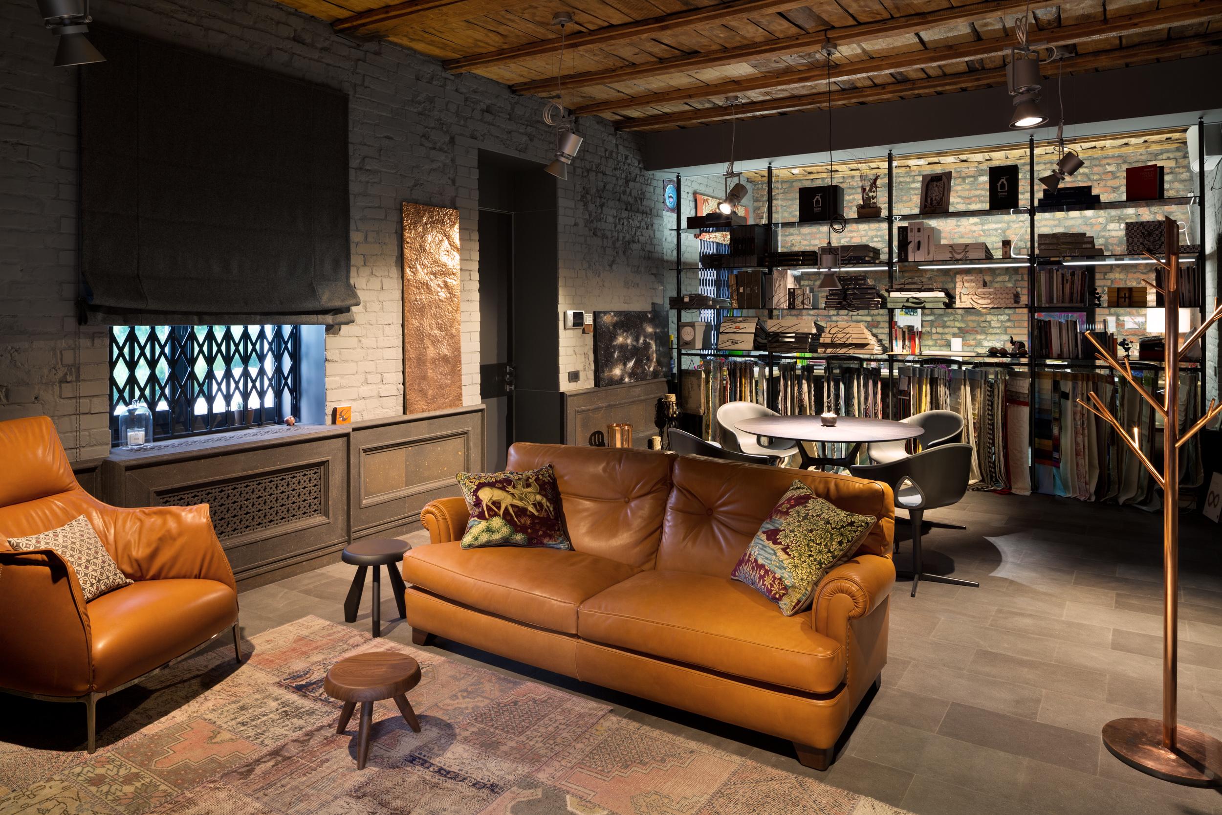 В студии размещены предметы которые создают для нас личный комфорт: диван Poltrona Frau, медное панно, деревянный потолок и разноуровневое освещение. Things that perform coziness for us: sofa Poltrona Frau, copper panel, wooden celling and multi - level lightening.