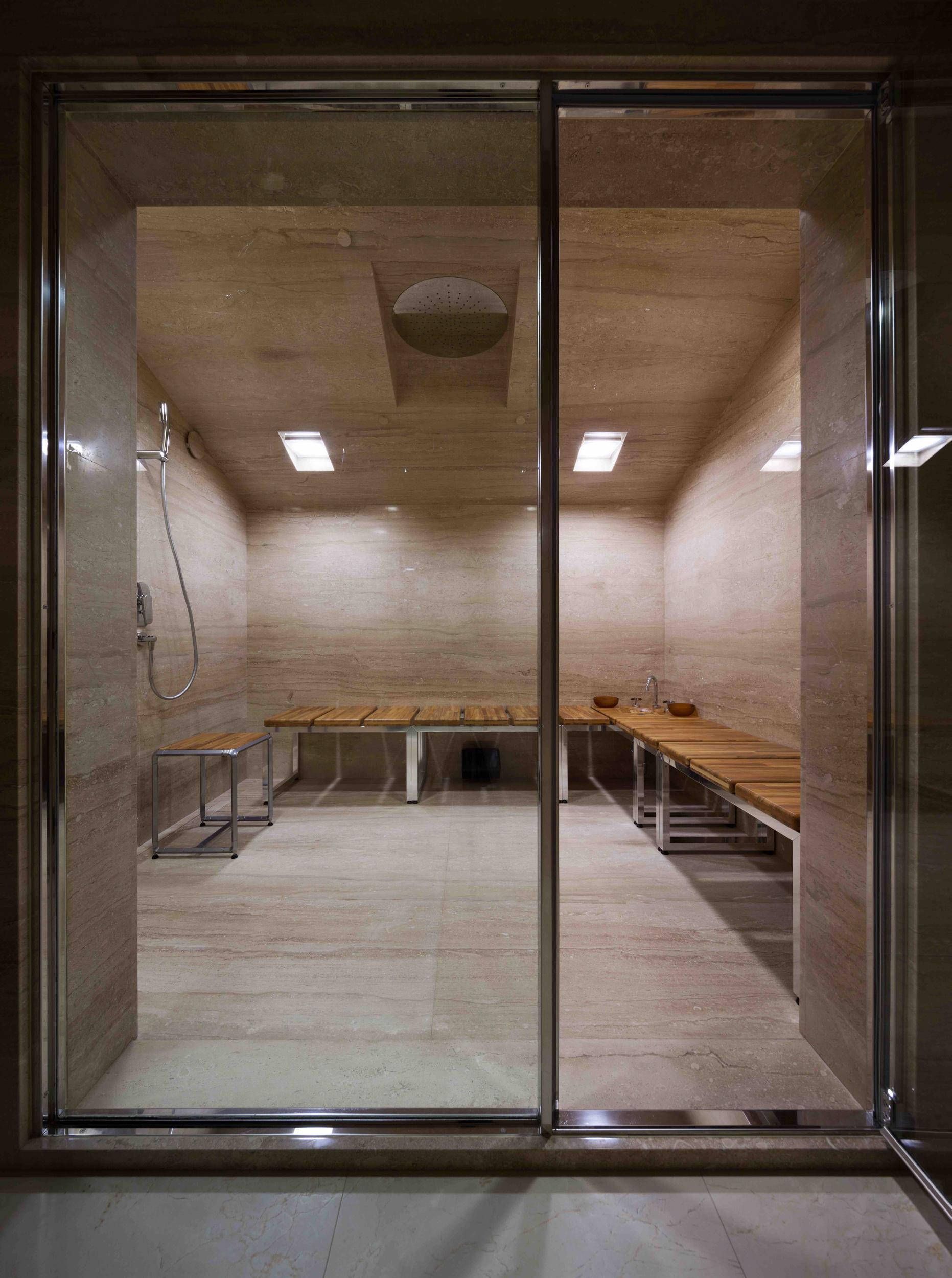 Individually designed hammam. Marble base and wooden elements. Мраморный хаммам по индивидуальному проекту с деревянными элементами.