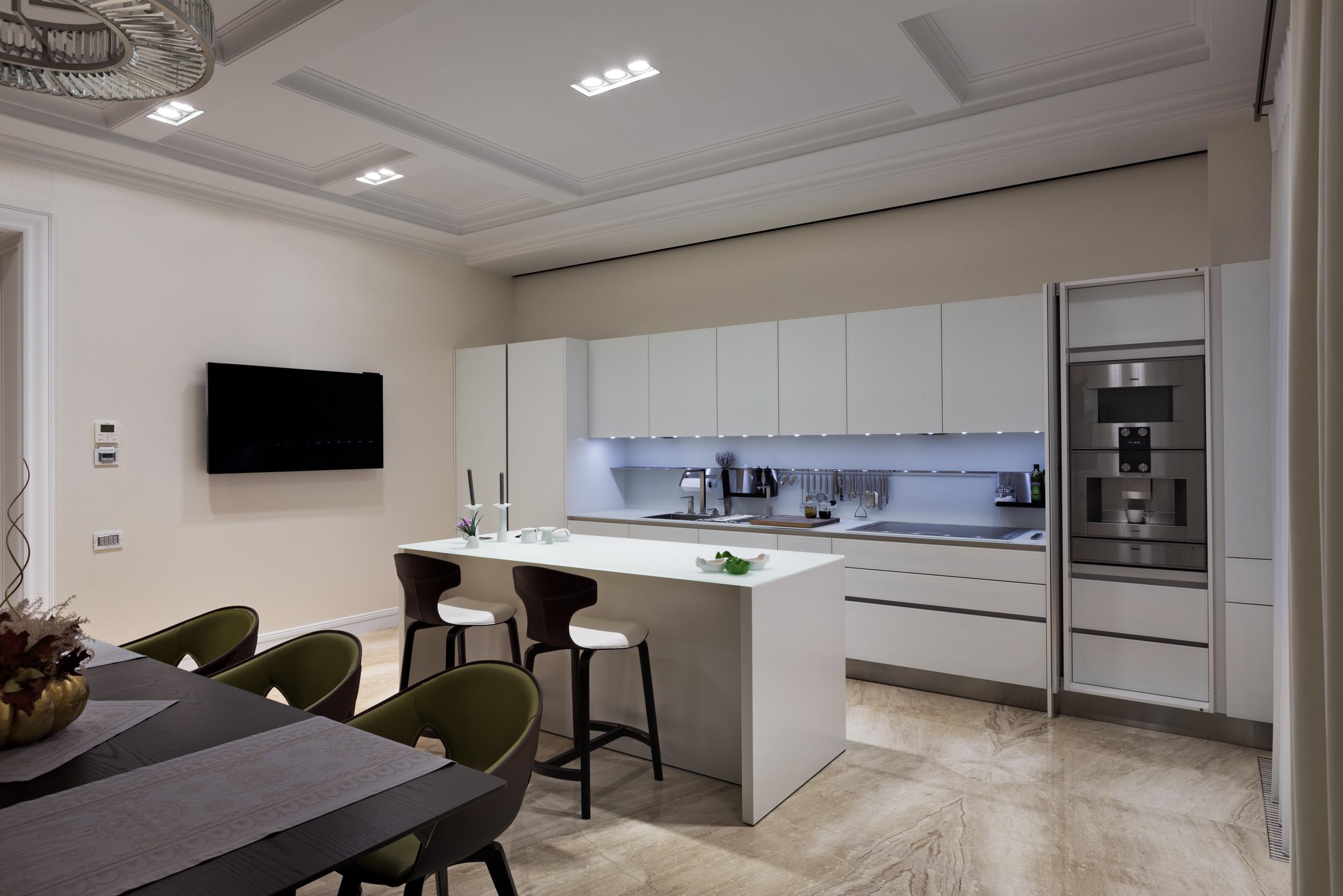 Bright kitchen design. Marble floor, stove hood built-in glass countertops that were designed individually. Светлый дизайн кухни. В интерьере использовался мраморный пол, кухонная вытяжка встроенная в тонкую стеклянную столешницу разработанную по индивидуальным чертежам.