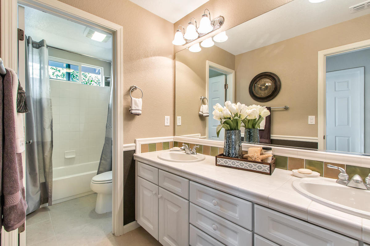 2198 Goodstone Way Roseville-MLS_Size-025-31-Upper Bathroom-1200x800-72dpi.jpg