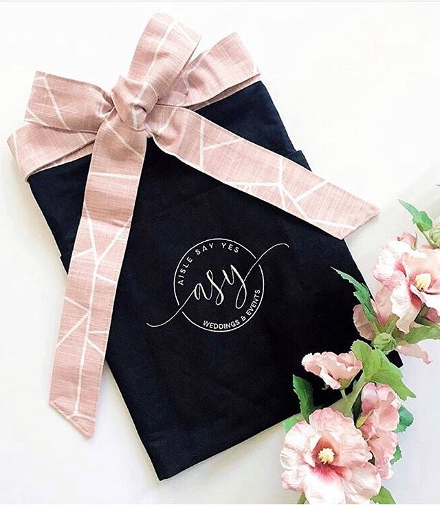 (SWIPE) Absolutely O B S E S S E D with my beautifully custom designed aprons by @oatmeallace 💕🤗 As a wedding planner, having quick access to essential items throughout the day is so important ... and these aprons make it all possible! ✨ Thank you so much McKay, for your phenomenal work and excellent customer service! Thank you Krisy @southernsparkleweddings for the recommendation!
