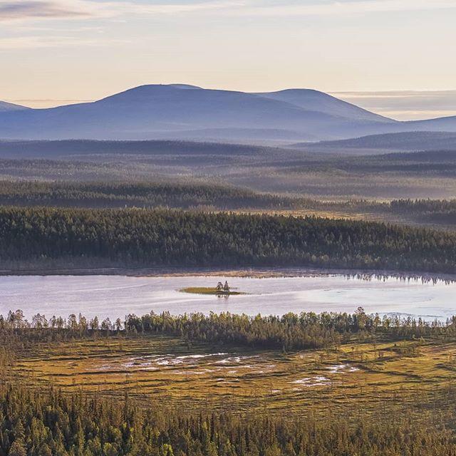 Morning rays at Torasjärvi lake  #harriniva #torassieppi #visitlapland #visitfinland #ourlapland #pallasyllasnationalpark #djiinspire2 #dronephoto #suomiretki