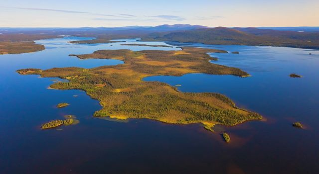 Lake Jeris from above. Behind ypu can spot Pallas fells #harriniva #arcticsummer #visitfinland #visitlapland #muonio #pallasyllästunturinkansallispuisto #pallasyllasnationalpark