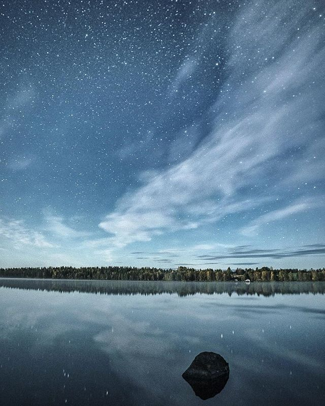 Last night lake view. 🌙  Autumn nights and star reflection. Love this short stars and reflections season. Here up north timeline is not long for this kind of photos.  You need clear skies, not too much moonlight and calm weather for reflections before lakes the freeze.  #laplandfinland #autumnreflections # specialnite #gominimalmag #relaxing #starphotography #suomenluonto