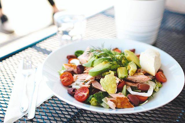 Pääsiäinen toi mukanaan myös uudet salaatti- ja uuniperuna-annokset. Käy kurkkaamassa viikonloppujen kevätmenu nettisivuiltamme. Aurinkoista pitkäperjantaita!☀️ #salad #salaatti #tapiola #visitespoo #kevät #vår
