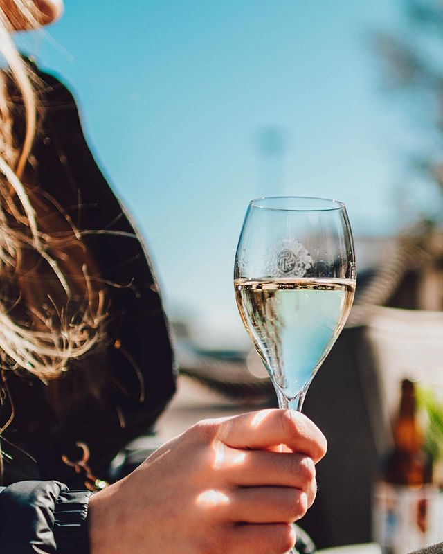 Sunnuntaina skoolata äideille, koska he ovat sen ansainneet! Tuo äiti tai sinulle tärkeän ihminen nauttimaan päivästään, kera merimaiseman ja herkkujen.🥂🧁 ⠀⠀⠀⠀⠀⠀⠀⠀⠀⠀⠀⠀ #äitienpäivä #visitespoo #tapiola #otsolahti #äitienpäivälounas #champagne #kuohuviini #skål #juhlapäivä