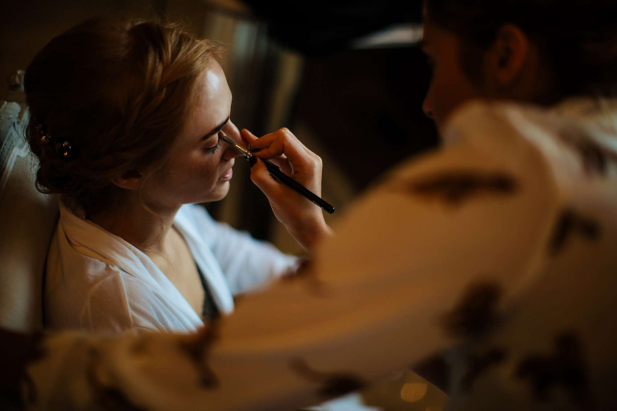 Bride putting on her make up at a wedding