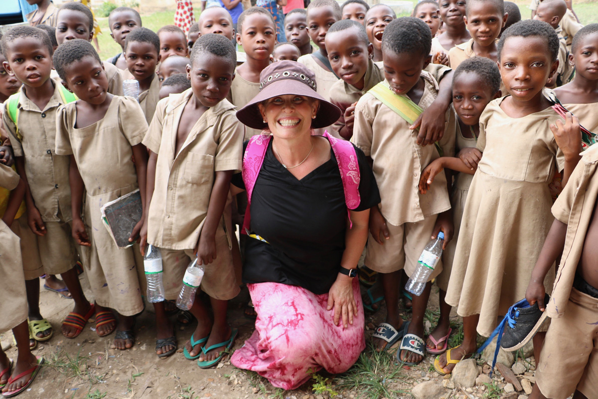 Togo Medical volunteer with children