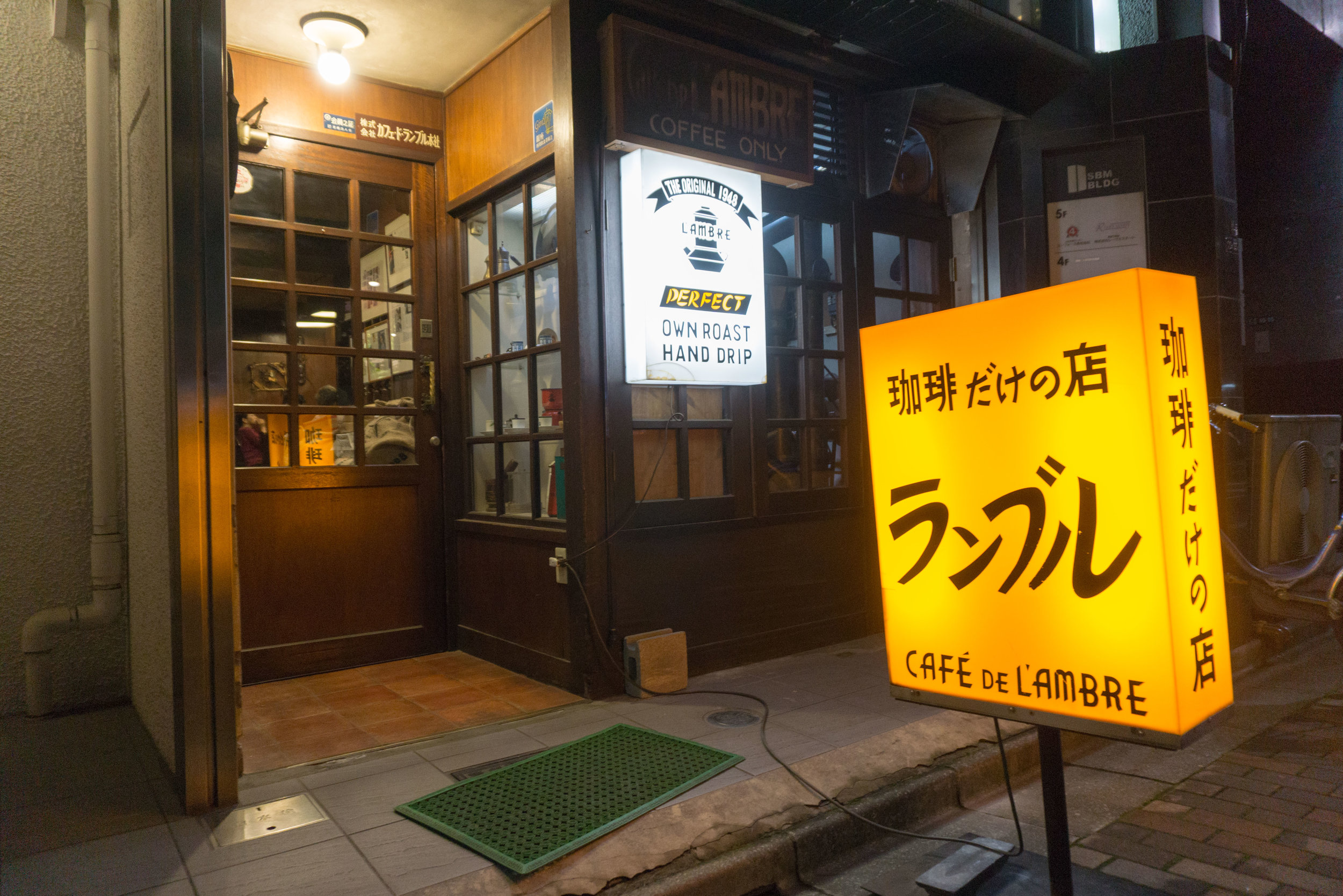 Cafe de l'Ambre - a time capsule into the smokey coffee shops of yesteryear