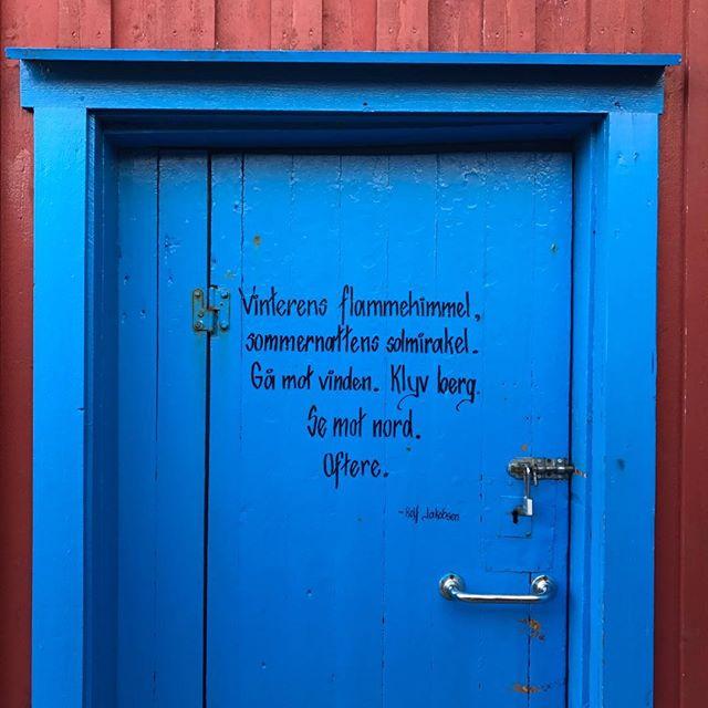 God helg med ord fra en blå dør i  Henningsvær! #levlivetute #nyt #ietmednaturen #naturengirenergi