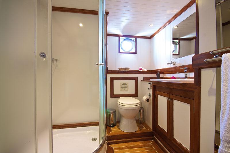 SYC_MV-Galatea-Cabin-Double-Bathroom-©-Galatea.jpg