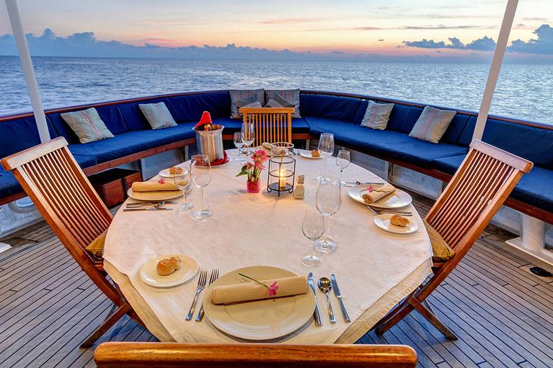 IDN_SY-Pelagian-Dining-at-sunset-©-Didi-Lotze.jpg