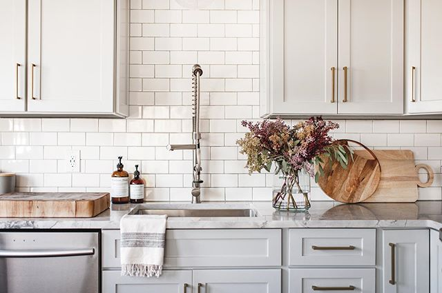 It is so cloudy and cool in Seattle this morning, fall really is here! Who else is ready for sweaters and cozying up inside? Design: @cohesivelycurated Photo: @caskro . . . . . #cohesivelycurated #kitchenremodel #interiors #seattleinteriors #interiordesign #interiordetails #currentdesignsituation #finditstyleit #homedecor #GGatHome #mydomaine #SOdomino #ambularinteriorsaintgotnothingonme #smpliving #ckstyleaccordingly #smmakelifebeautiful #myoklstyle #mywestelm #showEMyourstyled #ehdweekendmakeover #theeverygirlathome #beckiowensfeature #apartmenttherapy #elledecor #myhousebeautiful #homewithrue #currenthomeview #handmademodernhome