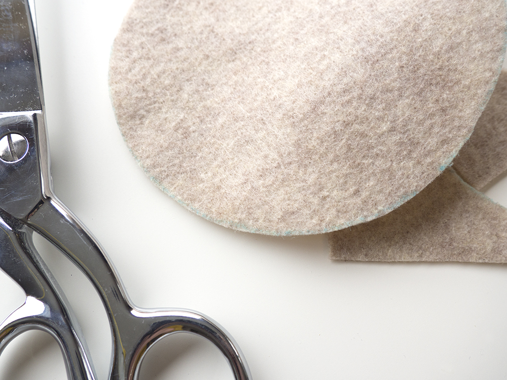 Revisit your felt and cut along the traced line.