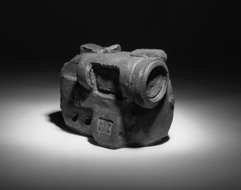 0007-VIDEOCAMERA 1991 ceramica Raku 11x16x10cm.jpg