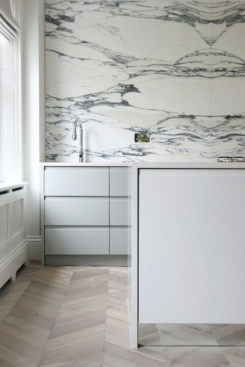 Bookmatch marble back splash (image credit Ecora)