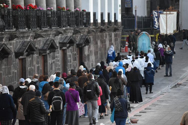 Quito_procession.jpg