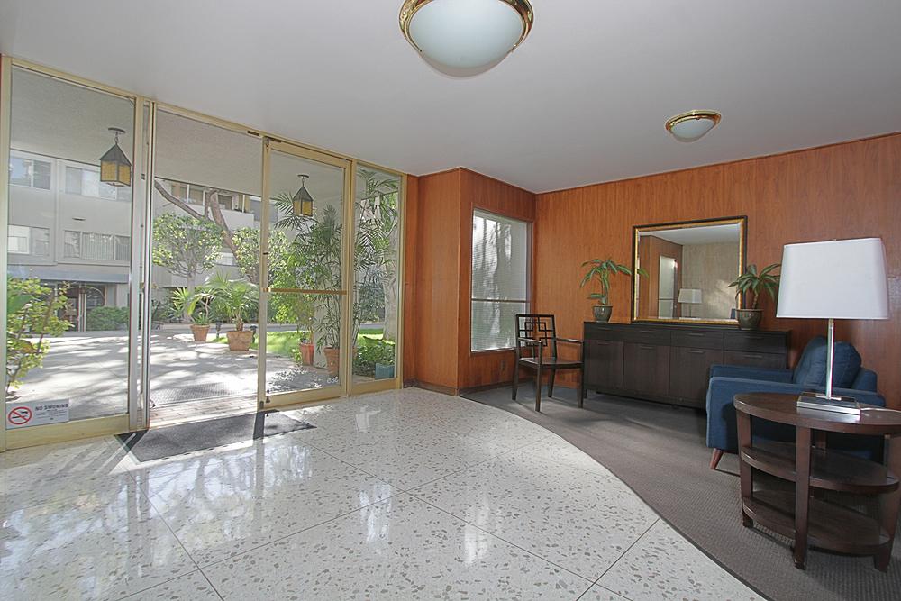 Oakland 385 U305 lobby 2sm.jpg