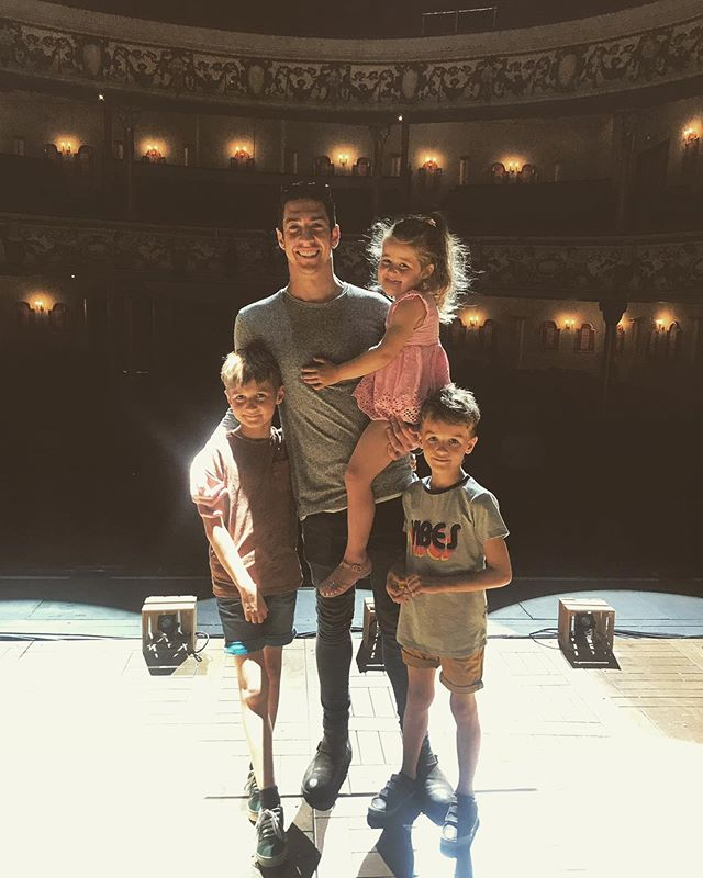 So nice being home in Wales with Madagascar. My first pro show in the home country 🏴 and second time seeing the show for these monkeys @dani_salx Lucky to have such a caring and supportive family ☺️ #Wales #swanseagrandtheatre #family #ontour #3weeksleft
