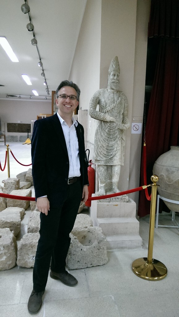 Peter Wien in the Museum of Sulaimaniye, in front of a statue from Hatra (Wien, 2016)