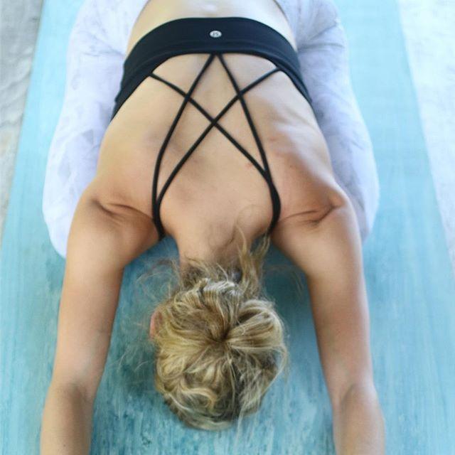 Happy #InternationalYogaDay 🧘🏽♀️ May you enjoy a moment of bliss in whatever today brings you 🙏🏽 📸: @kimbielak @coffeeandcardio . . . #yoga #yogaeverydamnday #yogisofinstagram #yogisofig #yogapants #lululemon #yogainspiration #yogalife #nationalfitnessday #fitlife #fitnesslife #fitlifenyc #thesweatlife #sweateveryday #fitfam #fitfriends
