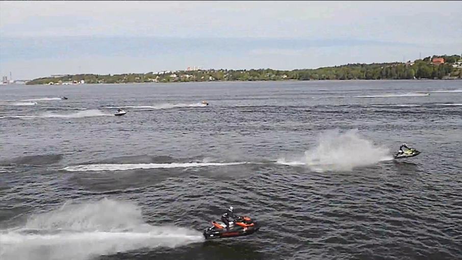Stockholms inlopp kräver av sin förare  Starten med Stockholms inlopp hör till den tuffaste delen av sträckningen, då förarna är spända av lagrad nervositet och adrenalin samtidigt som vattnet är oroligt av gammal sjö och passagerarbåtstrafik. Här brukar man skåda flertalet riktigt höga och långa luftfärder. Väl framme vid Oxdjupet brukar det lugna sig.