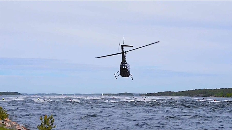 Helikopter / drönar filmning  Det är en supermaxad upplevelse när filmhelikopterns rotorblad överljudssmäller över ditt huvud vid en snabb överflygning eller när den ettriga lilla drönaren jagar strax över ditt huvud i lågfartsområdena. Men det blir garanterat film och bilder av världsklass !