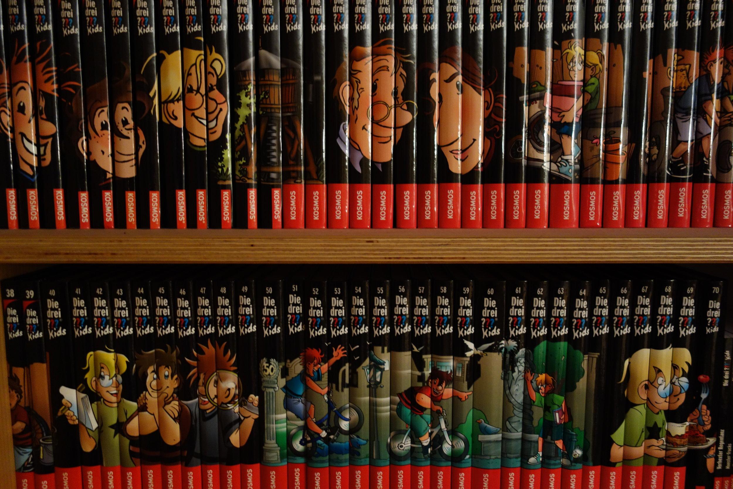"""Die Kinderbuchreihe """"Die drei ??? Kids"""" war eine der ersten, die ein Fortsetzungsbild auf dem Buchrücken einführte. Ein schöner Sammeleffekt!"""