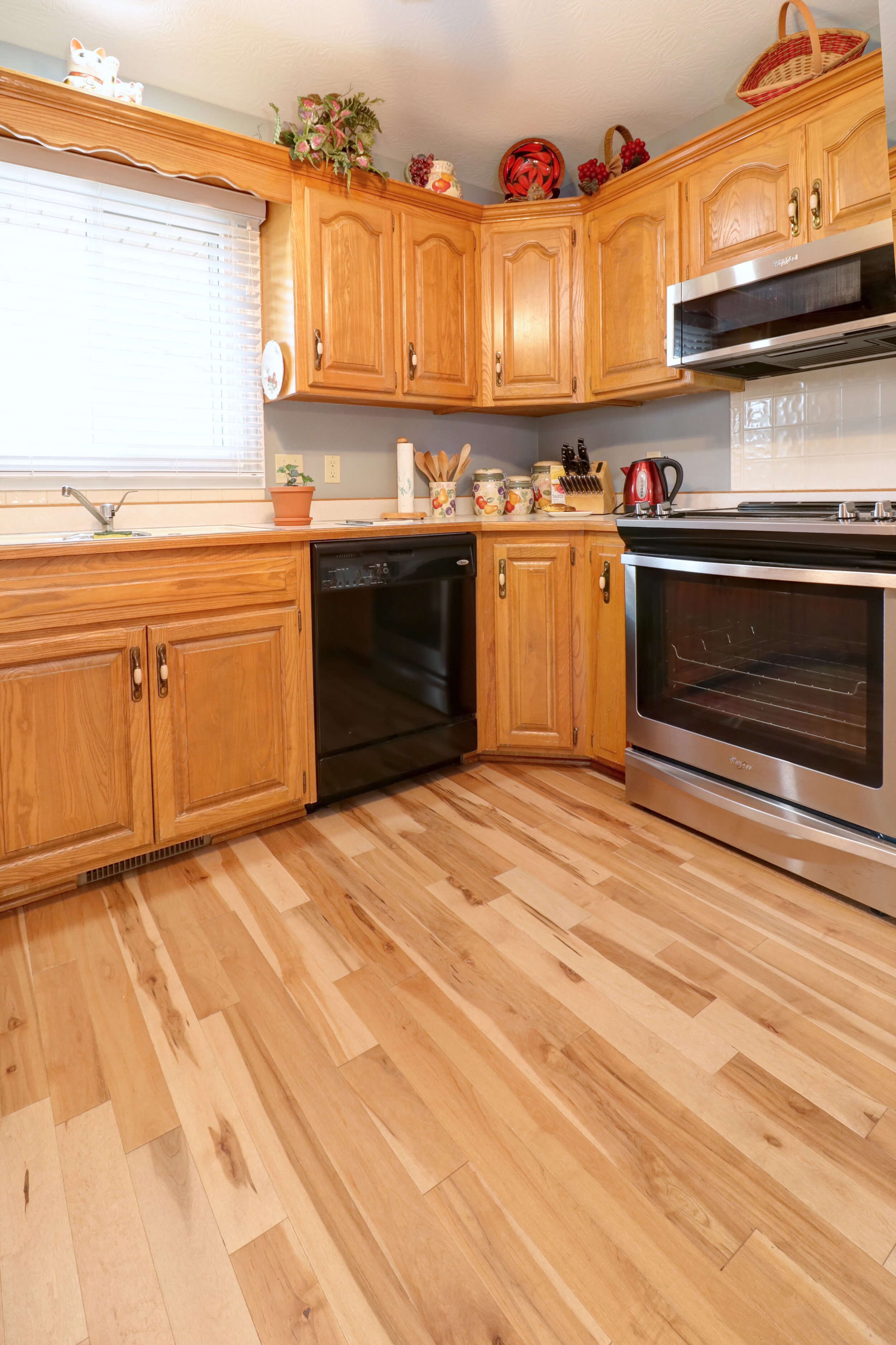 Stock Oak Woodwork, What Color Laminate Flooring With Honey Oak Cabinets