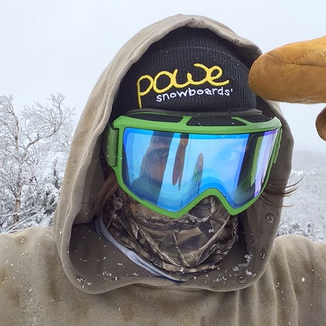Fresh snow and fresh hat 🎩👌couldn't ask for a better day! Thank you @powe.snowboards for all the new gear I got today 💯💯💯 @sugarbushparks #aprilsnow #latewinter #longseason #ridegreen #livegreen