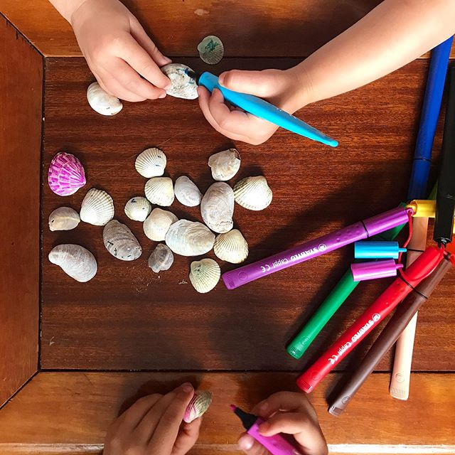 Second way of decorating your beach finds. Don't have or want to use paint? Just use felt tip pens. Or if your Little Feet are still a hit younger and you don't trust them with pens yet, crayons work too! . . . #seaside #summeractivities #summerfun #seasideshells #craftwithnature #treasurebox #treasuredrawer #kidlife #summeractivitiesforkids #thegiftthatjustkeepsgiving #therainbowtreeblog #outdoorkids #outdoorlife #creativeliving #creativelife #creativekids #pens #crayons #simpleliving #paintingshells #colouringshells #summer2019