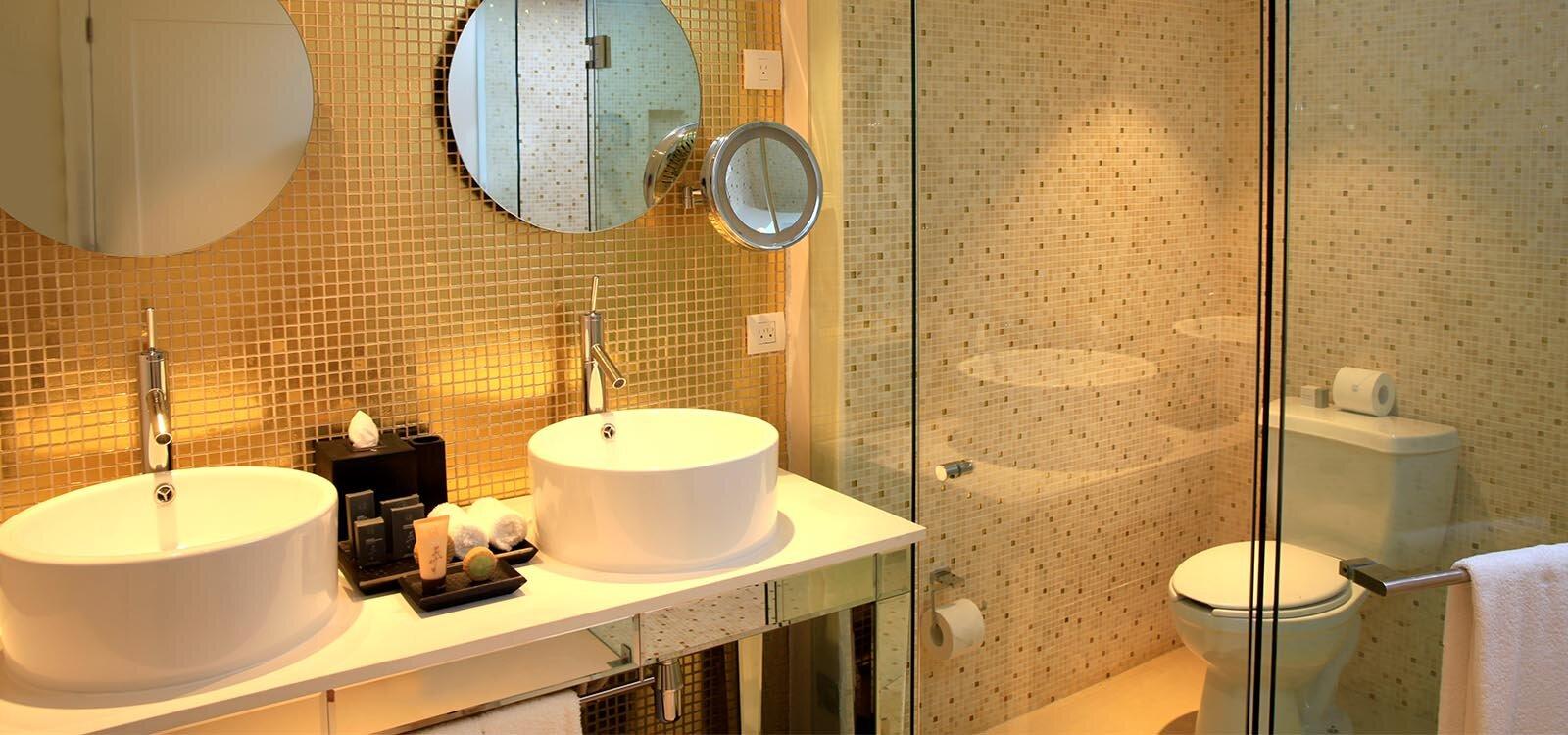 Desktop_SENSATORI_JAMAICA_0008s_0013s_0000_Bathroom Deluxe Ocean View.jpg