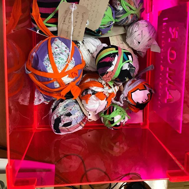 Me he propuesto, desde el principio de mi proyecto EN-BOLA-ATADOS, hacer una bola en cada taller que conduzca. Hasta hoy he cumplido esa promesa. Ha sido un privilegio enorme compartir tantos saberes con gente maravillosa y poder deshacerme de mis propias cargas. Hoy voy por la vida más liviana; aunque a veces me echo uno que otro peso encima, entonces recuerdo mis bolas y lo que hemos aprendido. Hoy tuve mi tercer taller en el Museo del Traje y estas son algunas de  las bolas que se han hecho. Ayer no solamente enredé la tela, si no las palabras. Algo que me encanta, jugar con ellas. Esto me salió del ❤️ y quiero difundirlo para crear conciencia en las mujeres. No es SU-MISIÓN es MI-MISIÓN. No hay que vivir la vida del otro, tampoco hace falta enfocarnos en la lucha, más bien en construirnos, en llevar la conciencia femenina al mundo, en cumplir mi misión. @museodeltraje #anaisabeldiezartista #artecontemporanea #contemporaryart #artesocial #mesdelamujer #diadelamujer #nomasviolenciadegenero #premioluiscaballero #enbolaatados