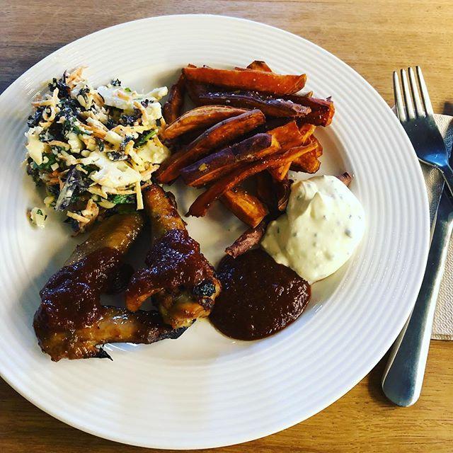 Sticky chili chicken wings: Først saltmarineres vingerne natten over. Dernæst vakuumeres de med krydret kyllingefedt og får én time i sous viden ved 60g. Herefter får de en nat mere i marinade og slutter af med 10 min. i en brandvarm ovn. . . . #farligfredag #kylling #økokylling #økologi #dagensret #frokost