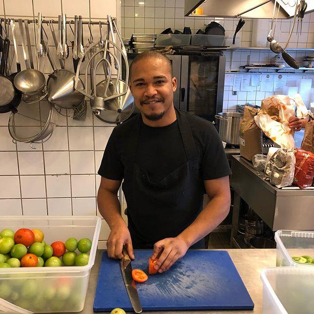 Hils på vores nye trainee Victor Suarez, som oprindeligt er fra Cuba. Nu er han her hos entrée, og det er vi glade for. Og går alt vel, kommer en af vores partnerrestauranter snart til at få glæde af Victors evner og personlighed.  #trainee #jobakademi #integration #madsommiddel #madsombrobygger