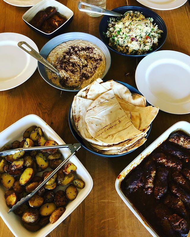 """Köfte af lam og kalv med sauce ajvar. Hertil ristede kartofler med """"jomfru i det grønne"""", tabouleh og hummus med olivenolie og sumak. . . . #dagensret #frokost #frokostordning #mellemøstligmad #köfte #tabouleh #hummus #økologisk"""