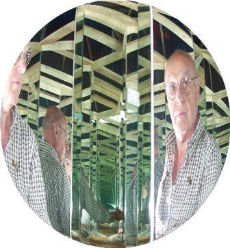 Antonio si riflette convessamente fra gli specchi, come in un quadro di Escher.
