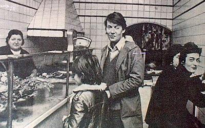 Un giovane Fabrizio de André nella friggitoria Carega.