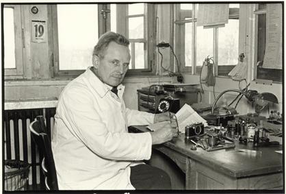 06_Julius Huisgen, Oskar Barnack at His Workplace in the Hausertor Works, 1934 © Leica Camera AG.jpg