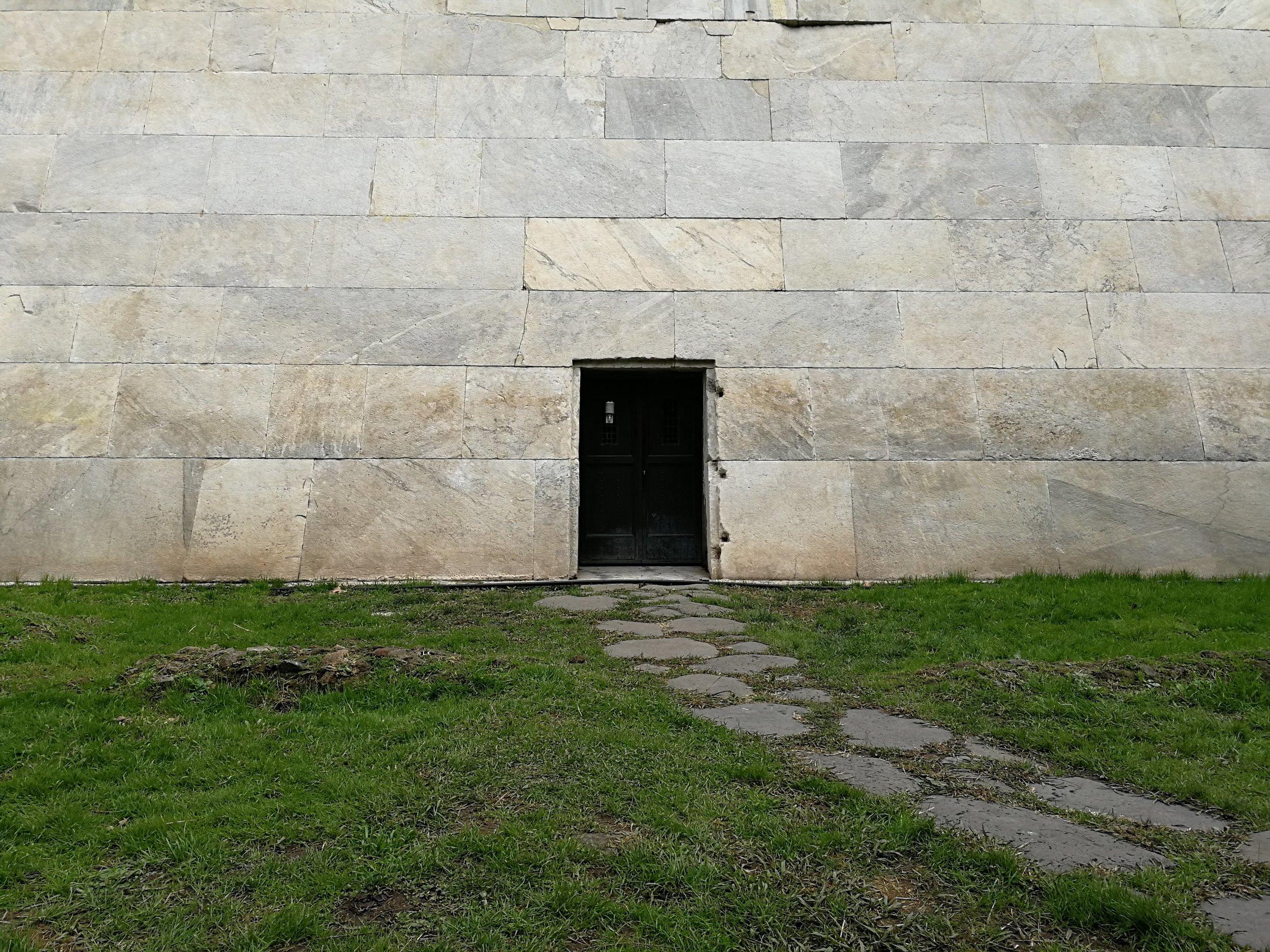 La porta che da accesso all'interno della Piramide. Ph. R.Belincanta