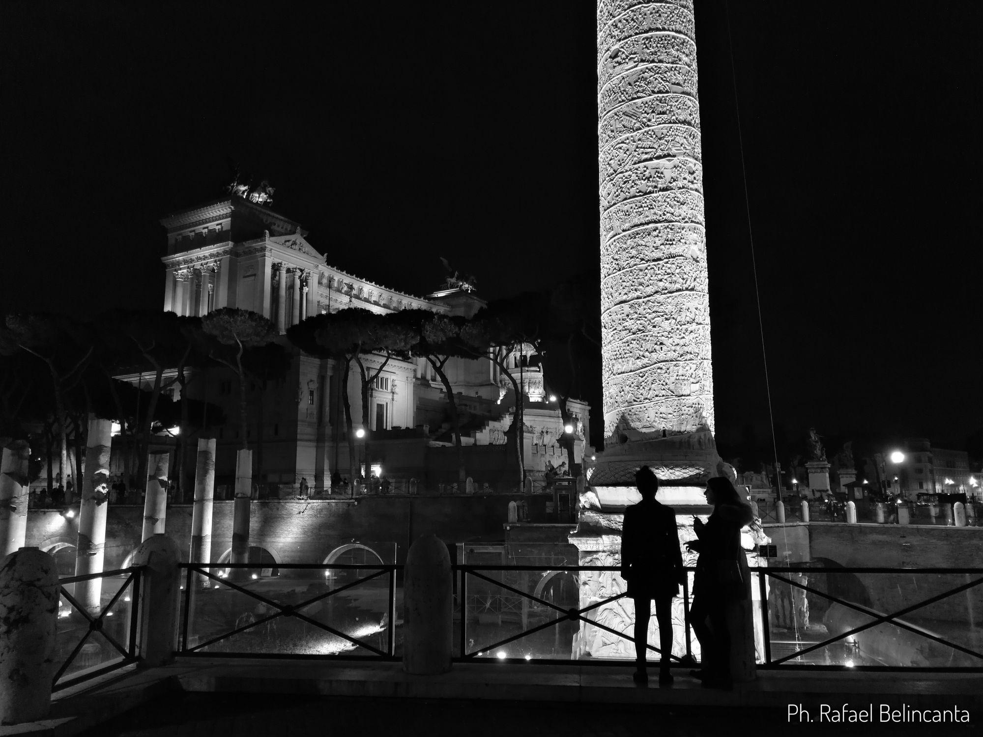 Colonna di Traiano di notte
