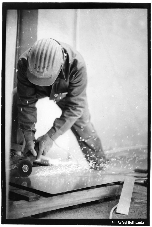 Domenico Annibale taglia un foglio d'acciaio