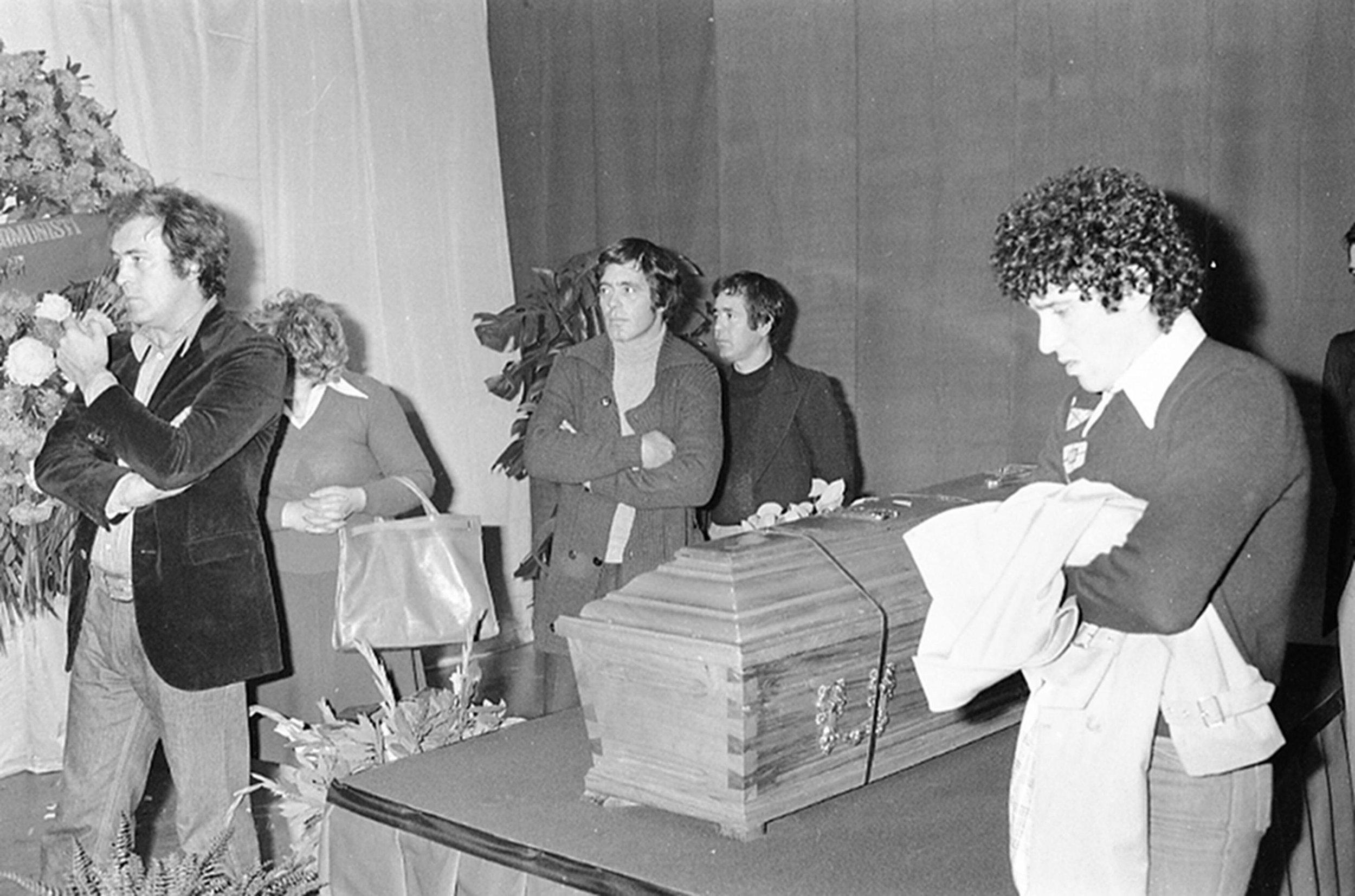 Il regista Bernardo Bertolucci (S), i fratelli Franco e Sergio Citti (S-3-4)  Ninetto Davoli (D-2), e Antonello Trombadori (D), vegliano la salma di Pier Paolo Pasolini, nella Casa della Cultura dove ? allestita la camera ardente,  Roma, 5 novembre 1975. ANSA