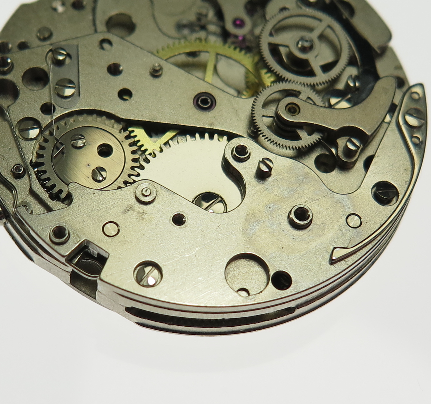 Chrono-plate. Covering the ratchet wheel granting the additional chronograph components surface area.